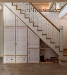 Прихожая. Лестница на второй этаж. Шкаф под лестницей.